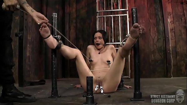 Amaya Mada est une petite cochonne qui a une préférence pour le sexe BDSM où elle se fait ligoter en bondage et se fait électrocuter sa foufoune